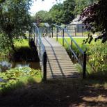 Stalen brug met hout afgewerkt